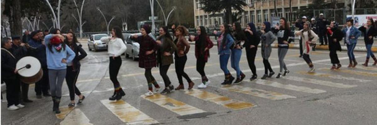 احتفالات و دبكات وسط الشارع في مدنية تركية فرحاً بـ قانون مروري جديد